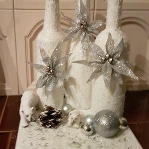 Karácsonyi asztali dísz, Karácsony, Karácsonyi dekoráció, Otthon & lakás, Dekoráció, Lakberendezés, Asztaldísz, Festészet, Festett tárgyak, Kb 30 x 30 cm méretű, fa alapra készült, akrilfestékkel lefestett üvegekkel, műanyag figurákkal, áll..., Meska