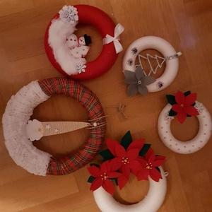 Téli ajtódíszek, Karácsony, Karácsonyi dekoráció, Otthon & lakás, Dekoráció, Dísz, Lakberendezés, Ajtódísz, kopogtató, Mindenmás, Téli ajtódíszek. Hungarocell karikára készült, különböző színű fonalakkal (piros, törtfehér) körbefo..., Meska