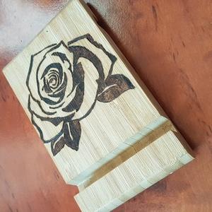 Asztali telefontartó, rózsa, Íróasztali tároló, Tárolás & Rendszerezés, Otthon & Lakás, Gravírozás, pirográfia, Asztali telefontartó, amely egyszerre praktikus és hasznos kiegészítő bármilyen asztalon vagy pulton..., Meska