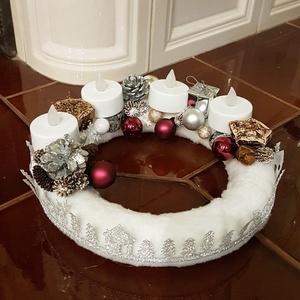 Adventi koszorú, Karácsony & Mikulás, Adventi koszorú, Mindenmás, Hungarocell alapja, pihe puha fehér anyaggal van bevonva. Termésekkel, gömbdíszekkel megrakott, kb 1..., Meska