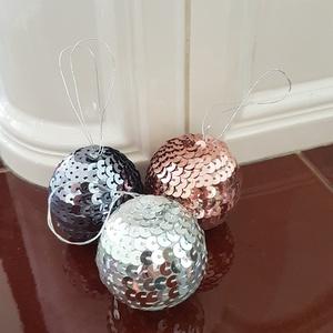 Strassz gömb, Karácsony & Mikulás, Mindenmás, Hungarocell alapú gömb, strasszokból álló lánccal körbetekerve, akasztóval. Remek karávsonyfadísz, a..., Meska