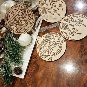 Karácsonyfadíszek, Karácsony & Mikulás, Karácsonyi dekoráció, Gravírozás, pirográfia, Kozmetikum készítés, Vékony, kör alakú falemezek mindkét oldalára transzfer és pirográf technikával készült igazi gömb dí..., Meska