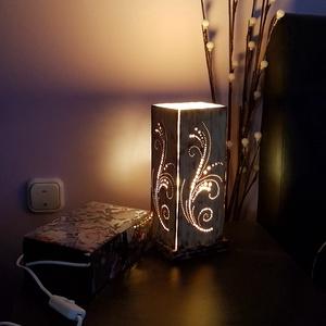 Asztali fa lámpa, Otthon & Lakás, Lámpa, Asztali lámpa, Gravírozás, pirográfia, Famegmunkálás, Nonfiguratív növény motívumos, kézzel megmunkált (vágott, faragott, lyukasztott, csiszolt, pirografá..., Meska