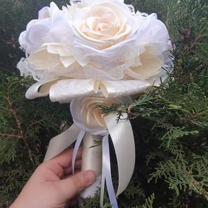 Vanilia örökcsokor, Esküvő, Menyasszonyi- és dobócsokor, Menyasszonyi örök csokor szaténvirágokkal, sok sok csipkével vanilia, hófehér, es pezsgő színekben. ..., Meska