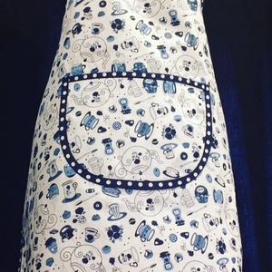 Kék csészés zsebes kötény, Kötény, Konyhafelszerelés, Otthon & Lakás, Varrás, Női zsebes konyhai kötény fehér alapon kék csészék díszítik pöttyös szegéllyel\nMérete : 70 x 50 cm \n..., Meska
