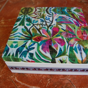 Virág doboz, Otthon & lakás, Lakberendezés, Tárolóeszköz, Láda, Doboz, Decoupage, transzfer és szalvétatechnika, Fa doboz virág mintával, szalvétatechnikával készítettem, akril festékek felhasználásával.\n\nA képen ..., Meska