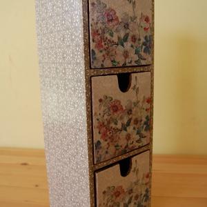 Kis fiókos szekrény, Otthon & lakás, Bútor, Szekrény, Fa 3 fiókos kis szekrény szalvétatechnikával készítettem, akril festékek felhasználásával  A képen l..., Meska