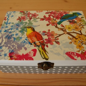 Színes virágos - madaras doboz, Otthon & lakás, Lakberendezés, Tárolóeszköz, Doboz, Láda, Decoupage, transzfer és szalvétatechnika, A képen látható színes virágos - madaras doboz decoupage technikával készítettem. Szalvéta, akril fe..., Meska