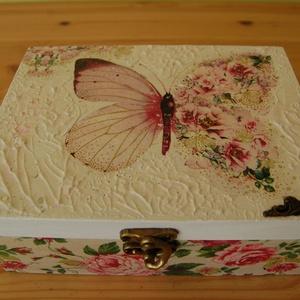 Pillangósvirágos  doboz, Doboz, Tárolás & Rendszerezés, Otthon & Lakás, Decoupage, transzfer és szalvétatechnika, Fa doboz pillangó mintával decoupage technikával készítettem, szalvéta, akril festékek felhasználásá..., Meska