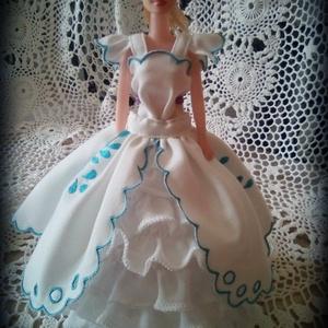 AKCIÓ!!!Barbie ruha.Barbi baba ruha,egyedi,két részes szett,hímzett., Gyerek & játék, Játék, Baba játék, Varrás, Hímzés, Barbi méretű babának készült ruha.\nFehér színű mini ruha,hátoldalán tépőzáras kávás,fodros szoknyáva..., Meska