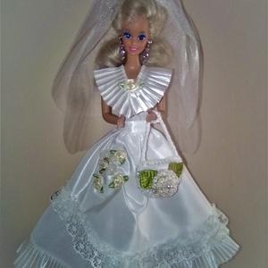 Barbie ruha.Barbi ruha szett.4 részes csipkés menyasszonyi ruha szett., Gyerek & játék, Játék, Esküvő, Táska, Divat & Szépség, Varrás, Barbi méretű babának készült menyasszonyi ruha szett,virágokkal díszítve.\n4 részes szett tartalma:\n-..., Meska