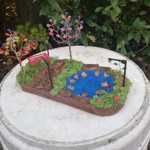 nyugalom parkja, Otthon & lakás, Dekoráció, Dísz, Képzőművészet, Vegyes technika, Famegmunkálás, Gyöngyfűzés, gyöngyhímzés, 25x13 cm fa alapon lévő park egy kis tóval.\nA fát saját kézzel méretre vágtam gyalultam festettem ut..., Meska