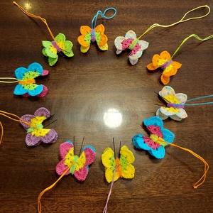 Horgolt pillangó csapat, Otthon & Lakás, Dísztárgy, Dekoráció, 10 darab színes horgolással készült pillangót tartalmaz az ár , melyek keményítve vannak , testük zs..., Meska