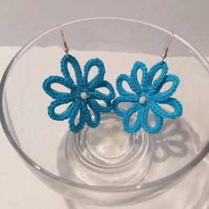 Kék virág-horgolt fülbevaló, Ékszer, Lógós fülbevaló, Fülbevaló, Türkizkék horgolócérnából készítettem ezt a kis hétköznapi darabot, krémszínű csiszolt gyönggyel dek..., Meska
