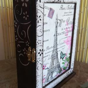kulcstartó szekrény , Kulcstartó szekrény, Bútor, Otthon & Lakás, Decoupage, transzfer és szalvétatechnika, Kulcstartó szekrény\n21x16x6cm falra szerelhető\ndecoupage technikával készült pácolt festett., Meska
