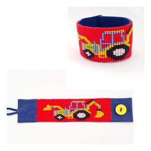 Emelőgépes, traktoros gyerek gyöngy-bőr karkötő, Ékszer, Karkötő, Gyerek & játék, Ékszerkészítés, Gyöngyfűzés, gyöngyhímzés, Emelőgépes karkötő\n\nMéretei: begombolva körbe 16,8 cm, szélessége 3,5 cm.\nSzíne: piros, kék, fekete\n..., Meska