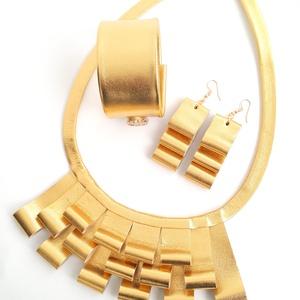 Arany bőr ékszerszett, önmagában mintás, Ékszer, Ékszerszett, Esküvő, Esküvői ékszer, Bőrművesség, Ékszerkészítés, Extravagáns bőr karkötő, nyaklánc és fülbevaló valódi olasz bőrből készítve. \n\nKarkötő méretei: \nszé..., Meska