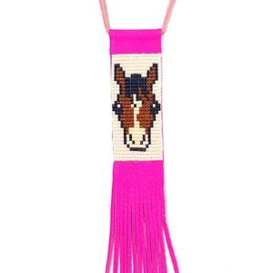 Lovas gyöngy-bőr nyaklánc pink bőrrel, Ékszer, Nyaklánc, Gyerek & játék, Gyöngyfűzés, gyöngyhímzés, Ékszerkészítés, Miyuki gyöngyből, valódi bőrből; aprólékos, időigényes munkával készült nyaklánc a lovak kedvelőinek..., Meska