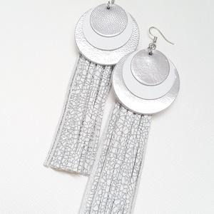 Extra kör, rojtos bőr fülbevaló, ezüst-fehér, Ékszer, Fülbevaló, Esküvő, Esküvői ékszer, Bőrművesség, Ékszerkészítés, A fülbevaló saját tervezéssel, kivitelezéssel készült.\nSzíne: ezüst, fehér\nAnyaga: valódi olasz bőr\n..., Meska