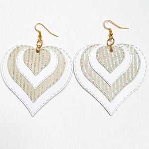 Fehér-arany csíkos szív alakú Bőr fülbevaló, Ékszer, Fülbevaló, Esküvő, Esküvői ékszer, Bőrművesség, Ékszerkészítés, Saját ötlet, elgondolás alapján készült bőr kiegészítő\n\nFülbevaló mérete:\nKapocs, szerelék nélkül ma..., Meska