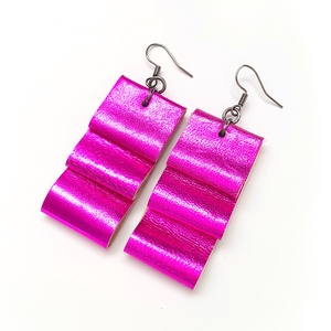 Pink fényes valódi bőr fülbevaló, Ékszer, Fülbevaló, Lógós fülbevaló, Bőrművesség, A fülbevaló valódi olasz bőrből készült saját tervezéssel, kivitelezéssel.\n\nSzíne: fényes pink, a va..., Meska
