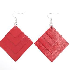 Piros négyzet bőr fülbevaló, Ékszer, Fülbevaló, Bőrművesség, Ékszerkészítés, Valamennyi termék saját ötlet, elgondolás, kivitelezés alapján készül.\n\nMéretek: 3,8 x 3,8 cm\nAnyaga..., Meska