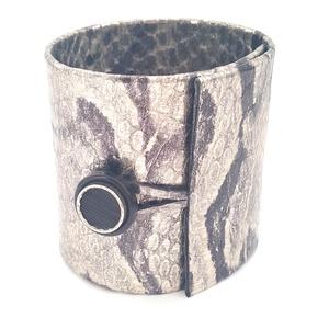 Ezüst-fekete mintás bőr karkötő, extra széles, Ékszer, Karkötő, Esküvő, Esküvői ékszer, Bőrművesség, Ékszerkészítés, A karkötő valódi olasz bőrből készült saját tervezéssel, kivitelezéssel.\n\nSzíne: ezüst, fekete\nAnyag..., Meska