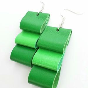 Zöld az új türkiz bőr fülbevaló, Ékszer, Fülbevaló, Bőrművesség, Ékszerkészítés, Valamennyi termék saját ötlet, elgondolás, kivitelezés alapján készül.\n\nMéretek: szélessége 2 cm, ma..., Meska