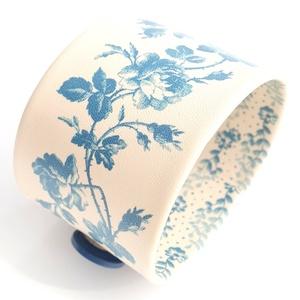 Kék-rózsás valódi bőr karkötő, Ékszer, Karkötő, Esküvő, Esküvői ékszer, Bőrművesség, Ékszerkészítés, A karkötő valódi bőrből készült, saját tervezéssel, kivitelezéssel. \n\nMéretek:\nbegombolva körbe 22 c..., Meska