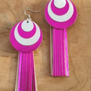 Fényes pink-ezüst kör, rojtos bőr fülbevaló, Ékszer, Fülbevaló, Esküvő, Esküvői ékszer, Bőrművesség, Ékszerkészítés, A fülbevaló saját tervezéssel, kivitelezéssel készült.\nSzíne: fényes pink, ezüst\nAnyaga: valódi olas..., Meska