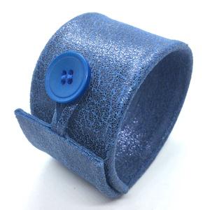 Kék valódi bőr karkötő, széles, Ékszer, Karkötő, Bőrművesség, Ékszerkészítés, A karkötő valódi bőrből készült, saját tervezéssel, kivitelezéssel. \nMérete begombolva körbe 21,5 cm..., Meska