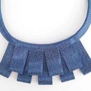 Kék valódi Bőr nyaklánc, enyhe csillogással, Ékszer, Nyaklánc, Esküvő, Esküvői ékszer, Bőrművesség, Ékszerkészítés, Valamennyi termék saját ötlet, elgondolás, kivitelezés alapján készül.\n\nA bőr nyakláncról:\nKifejezet..., Meska