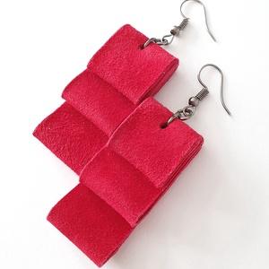 Piros velúrbőr fülbevaló, Ékszer, Fülbevaló, Bőrművesség, Ékszerkészítés, Valamennyi termék saját ötlet, elgondolás, kivitelezés alapján készül.\n\nMéretek: szélessége 2 cm, ma..., Meska