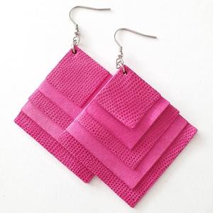 Extra pink négyzet bőr fülbevaló, Ékszer, Fülbevaló, Bőrművesség, Ékszerkészítés, Valamennyi termék saját ötlet, elgondolás, kivitelezés alapján készül.\n\nMéretek: 4,5x 4,5 cm\nAnyaga:..., Meska