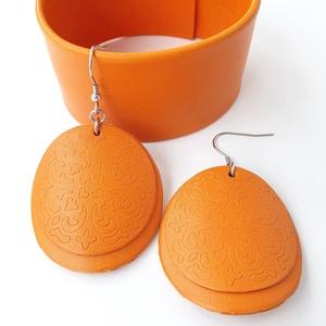 Réz narancs Bőr ékszerszett pajzs fülbevalóval, Ékszerszett, Ékszer, Bőrművesség, Ékszerkészítés, Saját ötlet, elgondolás alapján készült bőr kiegészítők szettben\n\nKarkötő méretei: \nszélessége 3,9 c..., Meska