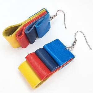 Sárga-piros-kék bőr fülbevaló, Ékszer, Fülbevaló, Bőrművesség, A fülbevaló valódi olasz bőrből készült saját tervezéssel, kivitelezéssel.\n\nSzíne: sárga, piros, kék..., Meska