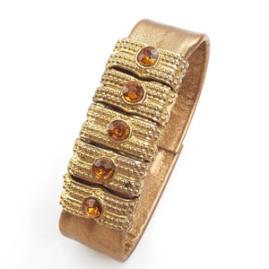 Különlegesség! Bronz-arany bőr karkötő, díszekkel, Ékszer, Karkötő, Bőrművesség, Ékszerkészítés, A bőr karkötő saját elgondolás, tervezés alapján készült.\nSzíne: bronz, arany\nAnyaga: olasz bőr, fém..., Meska