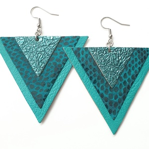 Egyedi darab! Smaragd háromszög bőr fülbevaló, Ékszer, Fülbevaló, Lógós fülbevaló, Bőrművesség, Ékszerkészítés, Valamennyi termék saját ötlet, elgondolás, kivitelezés alapján készül.\n\nMéretek: 6,3 cm minden oldal..., Meska