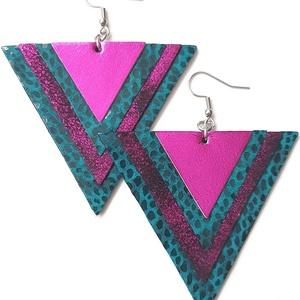 Türkiz purpurral háromszög bőr fülbevaló, Ékszer, Fülbevaló, Lógó fülbevaló, Bőrművesség, Ékszerkészítés, Valamennyi termék saját ötlet, elgondolás, kivitelezés alapján készül.\n\nMéretek: 6,3 cm minden oldal..., Meska
