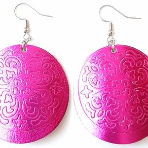 Metalfényes pink pajzs Bőr fülbevaló, Ékszer, Fülbevaló, Lógós kerek fülbevaló, Bőrművesség, Ékszerkészítés, Saját ötlet, elgondolás alapján készült bőr fülbevaló\n\nFülbevaló mérete:\nKapocs, szerelék nélkül átm..., Meska