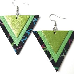 Metalfényes zöld, absztrakt háromszög bőr fülbevaló, Lógó fülbevaló, Fülbevaló, Ékszer, Bőrművesség, Ékszerkészítés, Valamennyi termék saját ötlet, elgondolás, kivitelezés alapján készül.\n\nMéretek: 5,2*5,2 cm\nAnyaga: ..., Meska