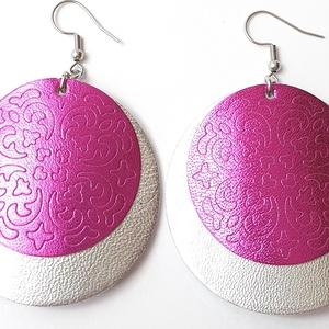 Metalfényes pink-ezüst pajzs Bőr fülbevaló, Ékszer, Fülbevaló, Lógós kerek fülbevaló, Bőrművesség, Ékszerkészítés, Saját ötlet, elgondolás alapján készült bőr fülbevaló\n\nFülbevaló mérete:\nKapocs, szerelék nélkül átm..., Meska