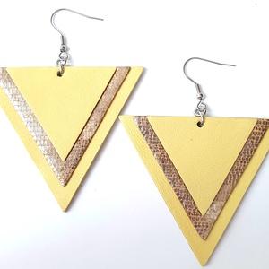 Sárga-csillogó háromszög bőr fülbevaló, Ékszer, Fülbevaló, Lógó fülbevaló, Bőrművesség, Ékszerkészítés, Valamennyi termék saját ötlet, elgondolás, kivitelezés alapján készül.\n\nMéretek: 6,3 cm minden oldal..., Meska