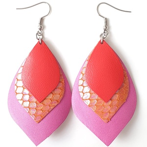Irizáló narancs pinkkel-rózsaszínnel levél Bőr fülbevaló, domborított, Ékszer, Fülbevaló, Lógó fülbevaló, Ékszerkészítés, Zsugorka, Saját ötlet, elgondolás alapján készült bőr kiegészítő\n\nFülbevaló mérete: legnagyobb szélessége 4 cm..., Meska