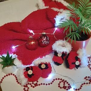 Karácsonyi Baby szett - takaró, kiscsizma, kesztyű, Ruha & Divat, Babaruha & Gyerekruha, Babacipő, Kötés, Puffy fonalból készül, pihe-puha baba szett. \nMéretek:\nTakaró: 60×80 cm\nKiscsizma talphossza: 9 cm\nK..., Meska