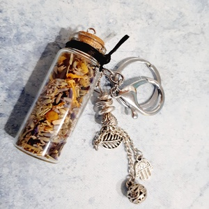 Inspirációs kulcstartó gyógynövényekkel, Kulcstartó szekrény, Bútor, Otthon & Lakás, Ékszerkészítés, Gyönyörű függő dísszel dekorált parafa dugós mini palackos kulcstartó, amely finom illatos gyógynövé..., Meska