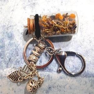 Gyógynövényes palackos kulcstartó, Kulcstartó szekrény, Bútor, Otthon & Lakás, Ékszerkészítés, Gyönyörű függő dísszel dekorált parafa dugós mini palackos kulcstartó, amely finom illatos gyógynövé..., Meska