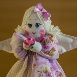 Kicsi angyal, Függődísz, Dekoráció, Otthon & Lakás, Baba-és bábkészítés, Varrás, Kicsi angyal puha, ölelni való figura, amit pamutból készült, mosható töltőanyaggal, kézzel festet m..., Meska