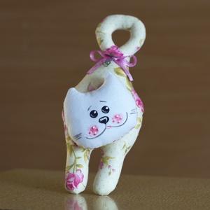 Textil cica, Függődísz, Dekoráció, Otthon & Lakás, Baba-és bábkészítés, Varrás, A kedves cicafigurák puha töméssel készülnek, varrott az orcájuk textil festékkel készült. Akaszthat..., Meska