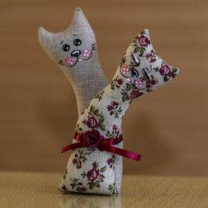 Szerelmes cica pár, Otthon & lakás, Dekoráció, Dísz, Ünnepi dekoráció, Szerelmeseknek, Baba-és bábkészítés, Varrás, A cicák saját tervezés alapján készültek. Vászonból vart két kis cica, akik szerelmesen ölelik egymá..., Meska